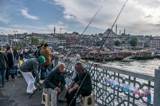 Pêcheurs sur le Pont Galata à Istanbul
