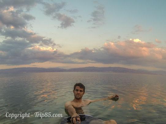Je me baigne dans la mer Morte en Israel