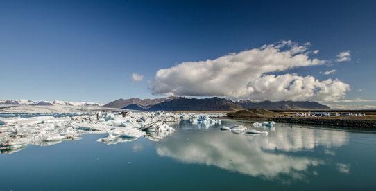Vue sur les Icebergs qui se jettent dans l'océan en Islande !