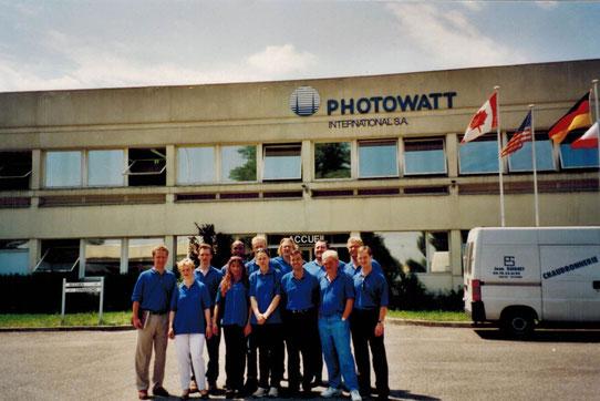 1999: Mitarbeiter (z.B. untere reihe 4. v. li. Bozena Frejlich, hintere Reihe 4. v. li. Frank Heise) und Inhaber (li. Thomas Rudolph, hintere Reihe 5. v. li. Hans Jacobs) der SOLARA bei einem Betriebsausflug zu einer Produktionsstätte für Solarzellen