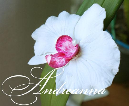 Большая орхидейка (10-12 см)для волос, на зажиме (возможно любое крепление, на выбор). Стоимость 150 грн. Такой цветок не увянет у Вас в волосах, в отличие от живого, и будет радовать весь праздник!