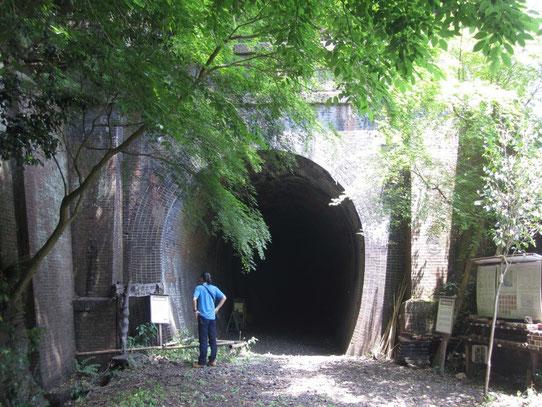6号トンネルの前で