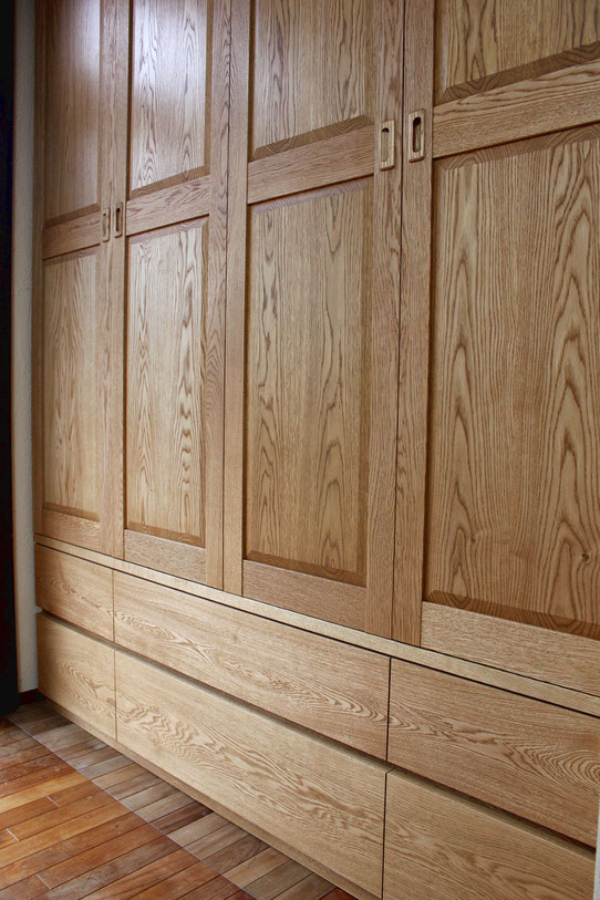 壁の凹み部分にはめ込んだ壁面収納クロゼット(愛川町・W様邸)框扉、抽斗