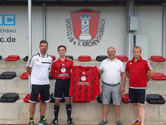 v.l. Gerhard Lindner (Trainer), Julian Schecklmann (Kapitän), Georg Schöner, Josef Reisner (1. Vorstand)
