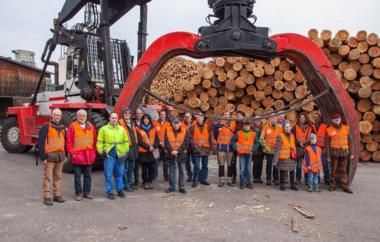 Gruppenbild mit 75-Tonnen-Greifbagger