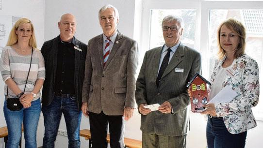 Einen Nistkasten hatten (v.l.) Christine Rühmann und Andreas Faust für Carmen Prüß-Brandt (rechts) mitgebracht, mit dabei Bürgermeister Hans-Heinrich Barnick (3. von links) und Volker Susemihl.