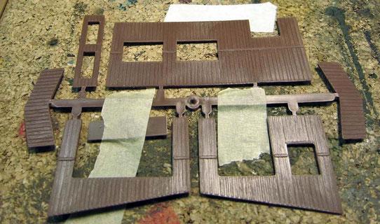 Mit Malerkrepp fixierte Bausatzteile