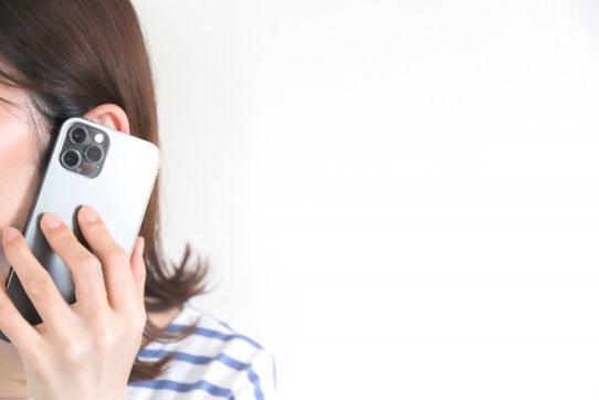 スマートフォンで会社からの指示メールを確認する男性社員。