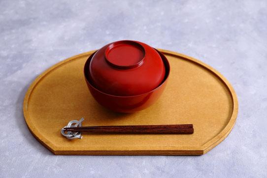 赤と白のワイングラス、ずらりと並んだおつまみ。サラミ、ジャガイモのソテー、チーズとクラッカー。宴席。