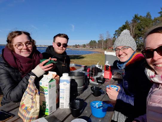 Frühstück am See, bei gemütlichen 5 Grad Celsius (v.l.: Clarita, Konrad, Sonja, Hannah)