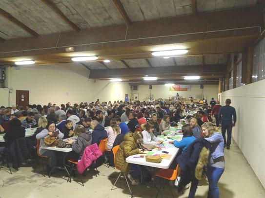 Salle Palas comble ce soir de Loto avec l'ACCOB à Oloron en Haut Béarn- des personnes opposées aux projets de carrières !