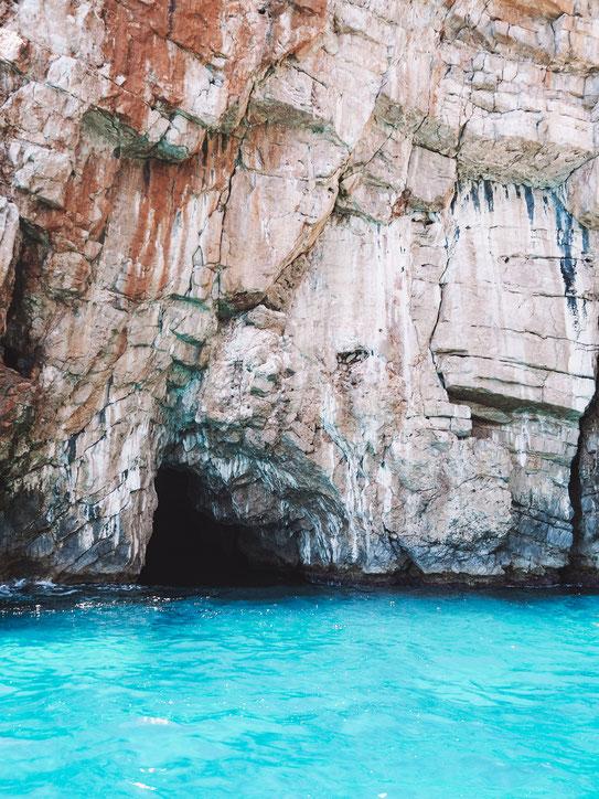 Eingang zur Höhle - hier parken die Ausflugsboote zum Baden