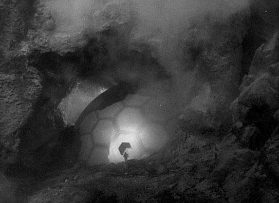 """Szenenfoto aus """"Gefahr aus dem Weltall"""" (It Came from Outer Space, USA 1953); das außerirdische Raumschiff"""
