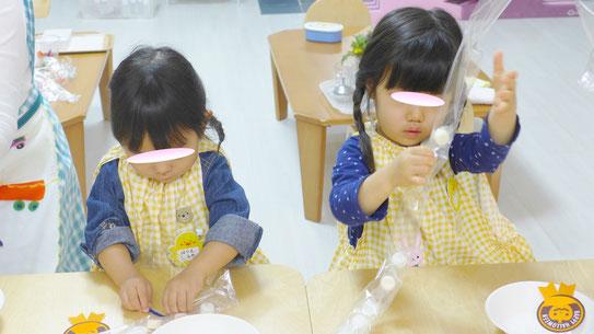 モンテッソーリの活動で、フィオーレコース(2歳児)の生徒がハロウィンにちなんで、キャンディレイをつくる活動をしています。
