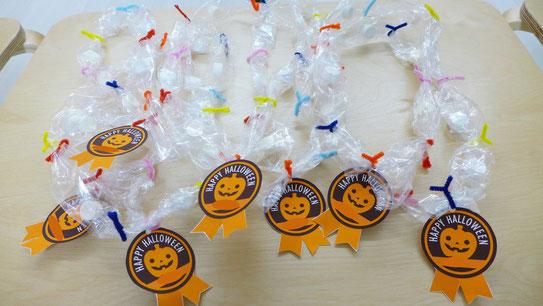モンテッソーリの活動で、フィオーレコース(2歳児)の生徒が作ったキャンディレイです。
