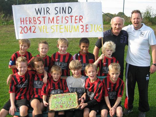 Sieger-Typen mit Sieger-Plakat von Andrea und Sieger-Kuchen von Tatjana sowie beigesteuerte Fotos von Holger und Arndt am 20. Oktober 2012
