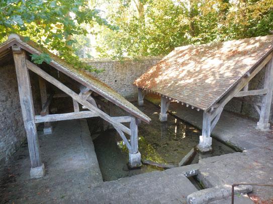 Magnifique lavoir encore en eau et bien entrenu qui n'est plus utilisé. Comme dans beaucoup de villages, son accès a du être protégé des dégradations maveillantes
