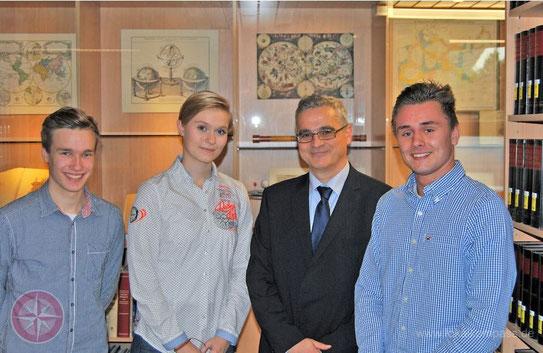 Der polnische Konsul Dariusz Klaczko empfing die jungen Schüler Hendrik von Hagen (l.), Michelle Dewender und Jan Matuszak in der Stadtbücherei. Foto: privat