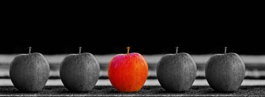 1つだけ赤いリンゴ Gerd AltmannによるPixabayからの画像