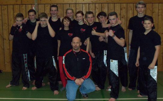 Junge Kickbox-Sportler mit ihrem Trainer Mark Nash