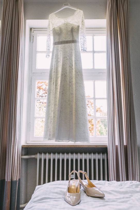 Foto Brautkleid und Brautschuhe | Hochzeitsfotografin Anne Hufnagl