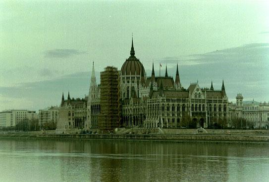 Nadat de bouw van het Hongaars parlementsgebouw na 17 jaar voltooid was, bleek 't het groot-ste en meest luxueuze par-lementsgebouw ter wereld te zijn.