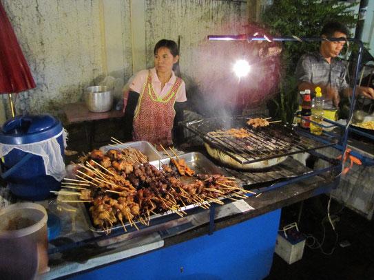 Het straatleven rondom de fameuze Khao San Road. DE straat van toeristisch Bangkok kun je wel zeggen. Alles is hier ingesteld op de toeristen.....