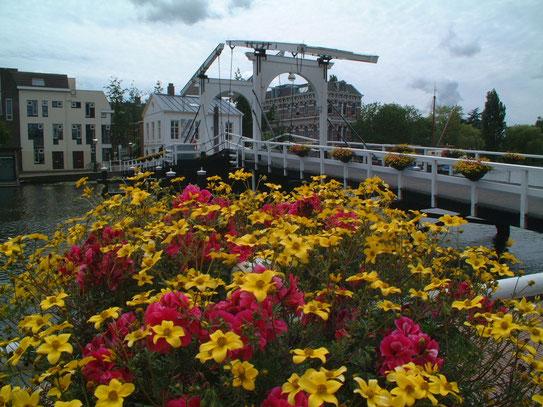Een ophaalbrug over de Oude Rijn in Leiden. Een rivier die tevens een belangrijke rol in de geschiedenis van de stad speelt.
