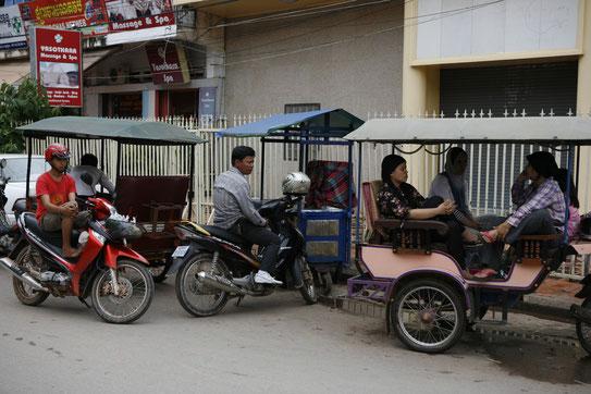 Een groepje tukdrivers in de straten van Siem Reap die zijn kost probeert te verdienen. Ze bieden een uitstekende manier om de stad en de omgeving te verkennen.