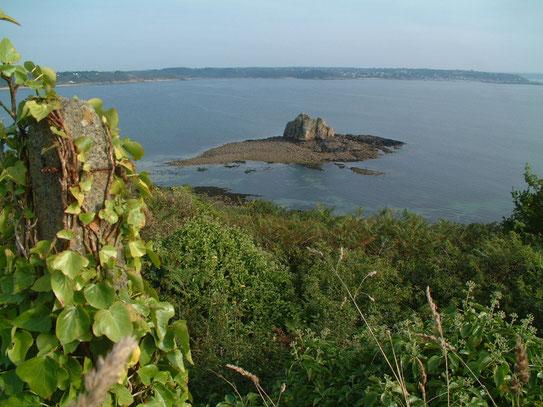 Uitzicht op een stuk van de Noordkust van Bretagne bij Côte de Granit Rose. Vernoemd naar zijn donkerroze rotsen.