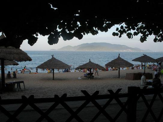 Het grote strand van Nha Trang aan de overzijde van de hoofdstraat waar de boulevard een mooi uitzicht geeft op één van de buureilanden.