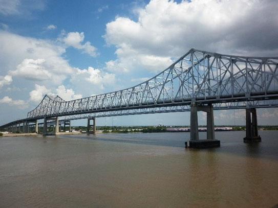 Twee identieke bruggen naast elkaar. Voor het verkeer van en naar New Orleans toe, de Greater New Orleans Bridge.