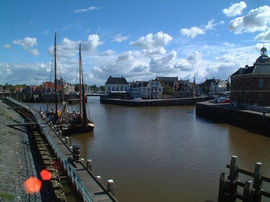 Een blik op de haven van Harlingen. Een stad, met meer dan 500 panden op de monumentenlijst, en je echt kunt genieten van 'Hollands Glorie'.