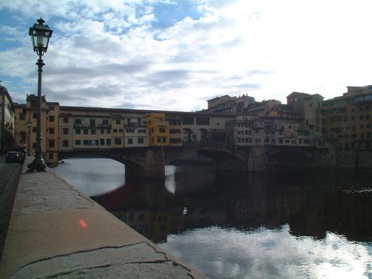 Uitzicht op de oudste nog bestaande brug van Florence, de Ponte Vecchio uit 1345. Vandaag de dag prijken allerlei juweliers hier hun sierraden.