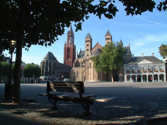 Uitzicht over het gezellige Vrijthof met uitzicht op (v.l.n.r.) de 'rode' Sint Janskerk, de Sint Servaas basiliek en het Generaalshuis wat nu dienst doet als theater.