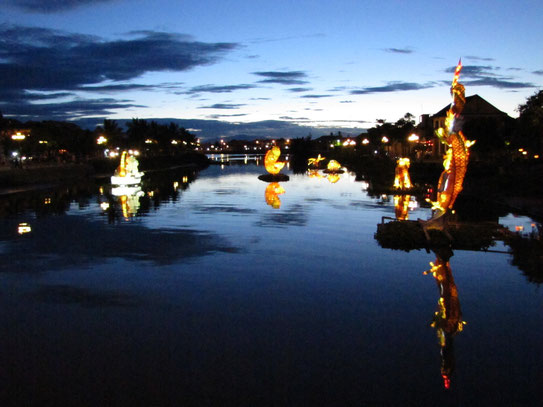 Uitzicht op de Thu Bon, de levensader van Hoi An. De inmense sierlampionnen sieren 's avonds het prachtige beeld over de rivier.