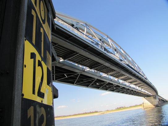 Uitzicht op de Spoorbrug. De brug die in WWII twee aanslagen overleefden werd in 1984 gemoderniseerd. Hij is gelegen naast de welbekende Waalbrug.