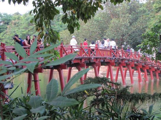 De The Huc, ook wel de zonnestraalbrug, ligt temidden van het fraaie Hoan Kiemmeer. De brug biedt toegang tot een klein eilandje wat in het midden van het meer gelegen is.