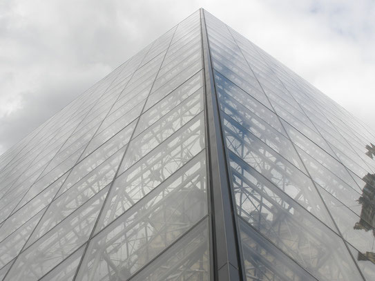 De glazen piramide bij het musée du Louvre. Het museum met één van de belangrijkste kunstverzamelingen ter wereld.