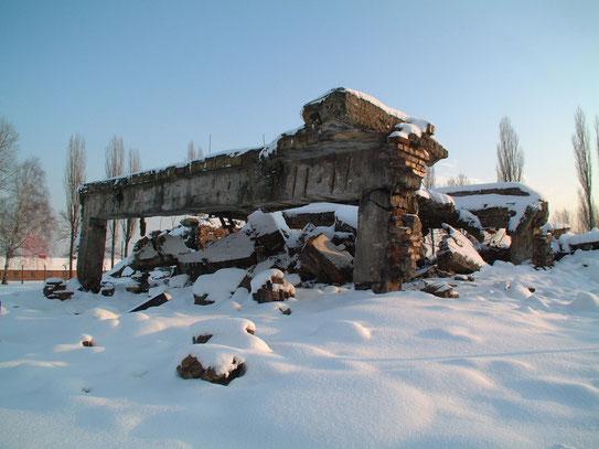 Voordat de Duiters in 1945 het kamp verlieten bliezen ze de gaskamers en crematoria op, om eventuele sporen van massamoord te verbergen.