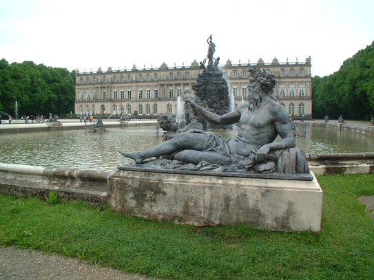 Op een eiland in de Chiemsee ligt het nooit afgemaakte maar zeer indrukwekkende paleis van Ludwig II uit 1873.