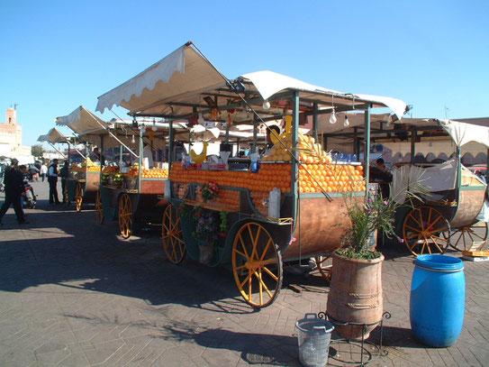 Op het Place Jemaa el-Fna prijken al jaren lang de verse sinaasappelkraampjes naast al het andere entertainment op 'het plein voor de toerist.'