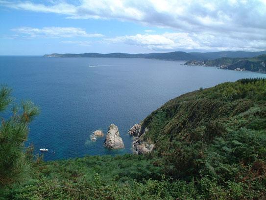 Uitzicht over de Golf van Biskaje bij Llanes in Noord Spanje. De Noordkust van Spanje biedt op veel plaatsen schitterende uitzichten en pittoreske plaatsjes.