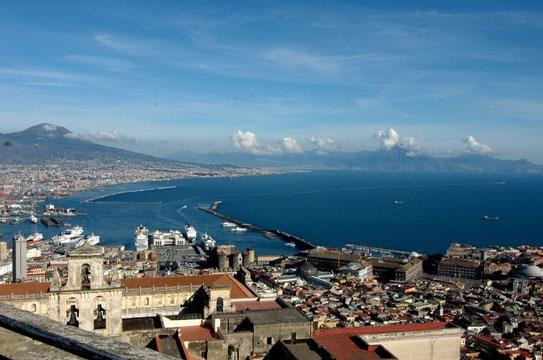 Vanaf de Vesuvius heb je een prachtig uitzicht over de stad Napels. De bakermat van de pizza en een echte traditionele Italiaanse stad.