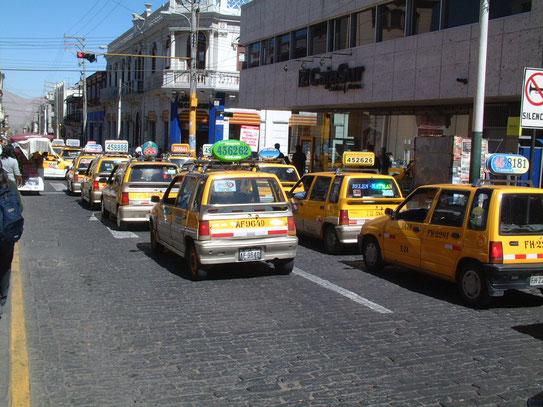 De kleine gele taxi is niet weg te denken uit het straatbeeld van Arequipa. Samen in de rij en.......het is claxoneren of geclaxoneerd worden!