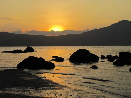 Het uitzicht in de baai bij zonsondergang is werkelijk fenomenaal en rustgevend. Ook eventuele nachtduiken in de baai zijn optioneel.....