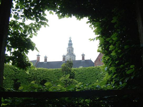 Vanuit de Prinsenhof een uitzicht op de Martinitoren. In de de tuinen van het Prinsenhof is ook een schitterende zonnewijzer uit 1730 te bewonderen.