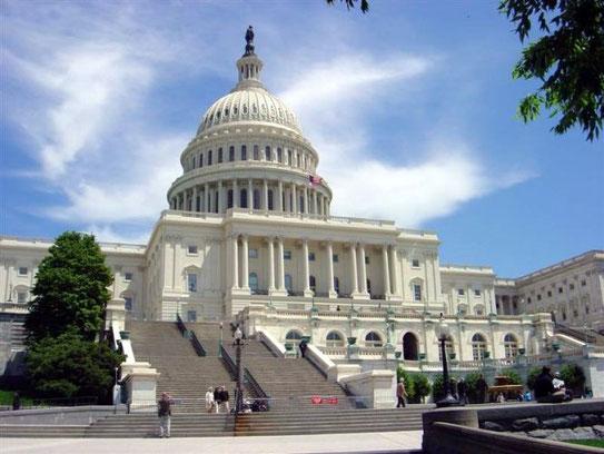 Vergaderend Amerika neemt hier dagelijks plaats, in het Capitool. De U.S. congress; de Senaat in de ene vleugel, het Huis van afgevaardigden in de andere
