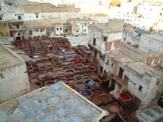In de oude medina van Fès een uitzicht op de leerlooierij waar een muntblaadje je de penetrante geuren van de leerbaden moet doen vergeten.