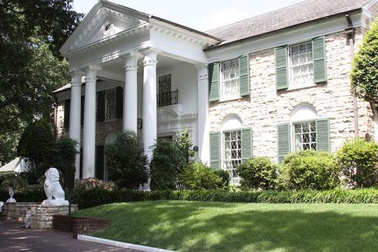 """De 'entree' van de voormalige woonplaats en tevens laatste rustplaats van de """"King Of Rock"""", Elvis Presley. Gelegen in Nashville op Elvis Presley Blvd."""